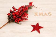 Estrella roja de la Navidad con Navidad de la palabra Fotografía de archivo
