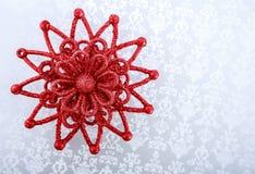 Estrella roja de la Navidad en fondo brillante del día de fiesta TARJETA DE LA FELIZ NAVIDAD Y DEL AÑO NUEVO Foto de archivo libre de regalías