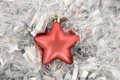 Estrella roja, decoración de la Navidad en el oropel de plata Fotografía de archivo