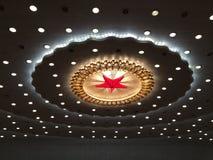 Estrella roja e iluminación en el techo del gran pasillo de la gente en Pekín Fotos de archivo libres de regalías