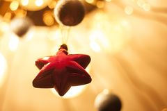 Estrella roja en un fondo del oro bolas borrosas que brillan intensamente Fotografía de archivo libre de regalías