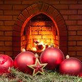 Estrella roja y bubles de Navidad y chimenea casera Imagen de archivo libre de regalías