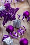 Estrella y decoración de la lila en tarjeta de madera Fotos de archivo