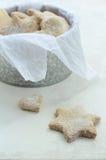 Estrella y galletas hechas en casa en forma de corazón del jengibre Foto de archivo
