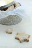 Estrella y galletas hechas en casa en forma de corazón del jengibre Foto de archivo libre de regalías