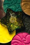Estrella y paleta de las sombras para el maquillaje con las lentejuelas y el brillo Colores de Brown, del verde, del amarillo, ne Imagen de archivo libre de regalías