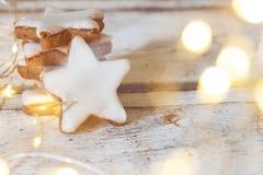 Estrellas apiladas del canela en fondo de madera fotografía de archivo