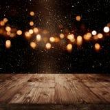 Estrellas brillantes en el cielo nocturno con la etapa de madera Imagenes de archivo