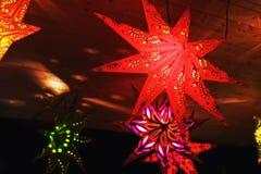 Estrellas coloridas de la Navidad en un mercado de la Navidad Foto de archivo