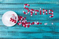 Estrellas coloridas que caen hacia fuera letteri de la taza de té y de la primavera Fotos de archivo libres de regalías