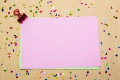 estrellas, corazones y lunas sparlking coloridos en el papel rosado y el fondo amarillo Fotos de archivo libres de regalías