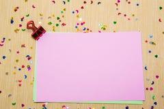 estrellas, corazones y lunas sparlking coloridos en el papel rosado y el fondo amarillo Fotos de archivo