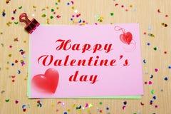 estrellas, corazones y lunas sparlking coloridos en el papel rosado y el fondo amarillo Día feliz de la tarjeta del día de San Va Imágenes de archivo libres de regalías