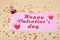 estrellas, corazones y lunas sparlking coloridos en el papel rosado y el fondo amarillo Día feliz de la tarjeta del día de San Va Fotografía de archivo libre de regalías