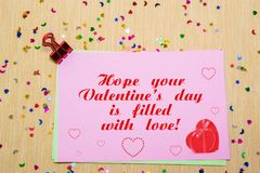 estrellas, corazones y lunas sparlking coloridos en el papel rosado y el fondo amarillo Espere que su día de la tarjeta del día d Imagen de archivo libre de regalías