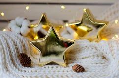 Estrellas de cerámica muy frescas en una bufanda estructurada Fotos de archivo