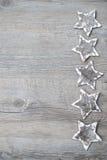 Estrellas de la corteza de abedul sobre el fondo de madera Imagen de archivo libre de regalías