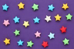 Estrellas de la suerte coloridas de la papiroflexia Fotografía de archivo libre de regalías