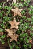 Estrellas de las decoraciones de la Navidad y ramas de árbol de madera de pino Fotos de archivo libres de regalías