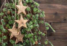 Estrellas de las decoraciones de la Navidad y ramas de árbol de madera de pino Foto de archivo