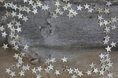 Estrellas de madera de abedul de la decoración de la Feliz Navidad en la madera rústica del olmo Foto de archivo libre de regalías
