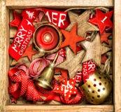 Estrellas de madera de las decoraciones de la Navidad, cintas rojas y cand ardiente Imagen de archivo libre de regalías