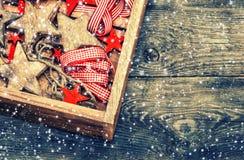 Estrellas de madera de las decoraciones de la Navidad y cintas rojas Fotografía de archivo libre de regalías
