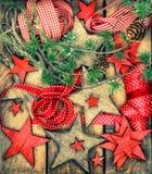 Estrellas de madera de las decoraciones de la Navidad y cintas rojas Estilo retro Imagenes de archivo