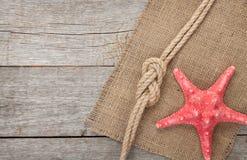 Estrellas de mar con la cuerda y la arpillera de la nave foto de archivo libre de regalías