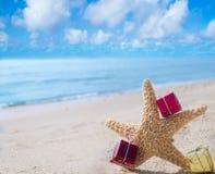 Estrellas de mar con los regalos por el océano Fotografía de archivo