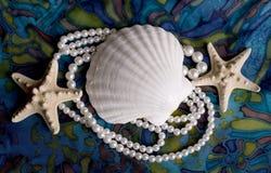 Estrellas de mar, conchas de berberecho y perlas Fotos de archivo libres de regalías