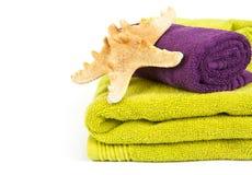 Estrellas de mar en la pila de toallas coloridas Fotos de archivo