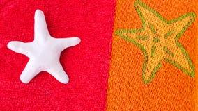Estrellas de mar en la toalla Imágenes de archivo libres de regalías