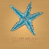 Estrellas de mar hermosas en la playa Enarene y agite como fondo para el diseño del verano Ilustración del vector Vacaciones de v Fotos de archivo libres de regalías