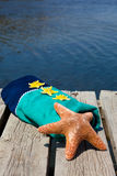 Estrellas de mar que mienten en una toalla de playa Foto de archivo
