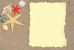 Estrellas de mar y cáscaras con el papel en blanco para una lista, un menú o un texto Imagen de archivo libre de regalías
