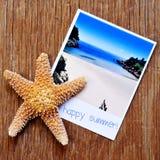 Estrellas de mar y una foto inmediata de una playa con la suma feliz del texto Foto de archivo