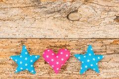Estrellas de Navidad y frontera del corazón en el viejo fondo de madera para la Navidad Fotos de archivo libres de regalías