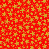 Estrellas de oro brillantes en el fondo rojo Fotos de archivo libres de regalías