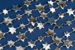 Estrellas de plata sobre azul Fotos de archivo