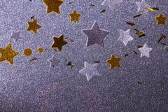 Estrellas de plata y de oro de la Navidad Fotos de archivo libres de regalías