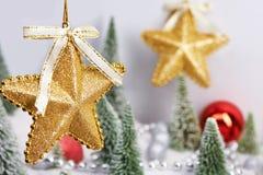 Estrellas decorativas de oro como juguetes de la Navidad Imagen de archivo