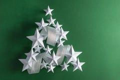 Estrellas del blanco y cinta de plata Imagen de archivo