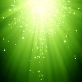 Estrellas del brillo que descienden en la explosión de la luz verde Fotografía de archivo libre de regalías