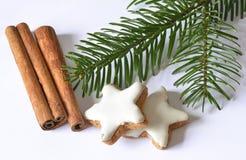Estrellas del canela y palillos de canela imágenes de archivo libres de regalías