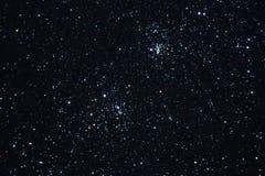 Estrellas del cielo nocturno y racimo doble observando imagen de archivo libre de regalías