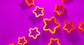 Estrellas del oro en un fondo carmesí libre illustration