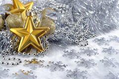 Estrellas del oro y decoraciones de la Navidad Imagen de archivo libre de regalías