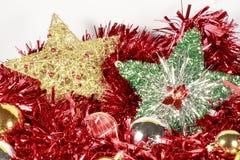 Estrellas del árbol de navidad al lado de otros pedazos decorativos Foto de archivo libre de regalías