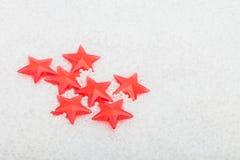 Estrellas del rojo en nieve falsa Imagenes de archivo